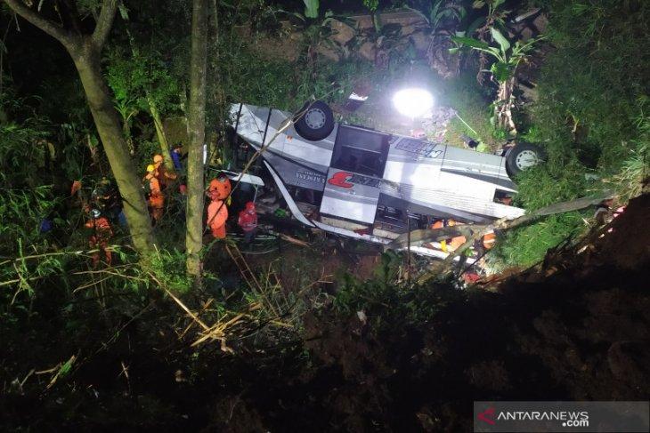 Petugas evakuasi korban kecelakaan bus di Sumedang