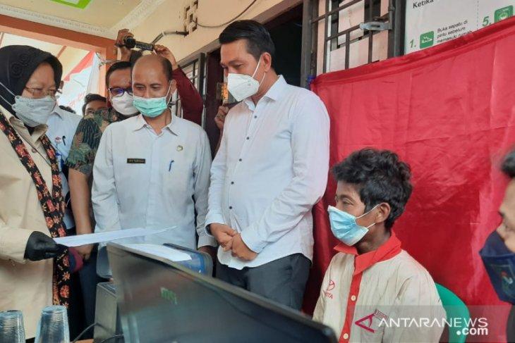 Menteri Sosial neninjau perekaman e-KTP warga Suku Anak Dalam di Jambi