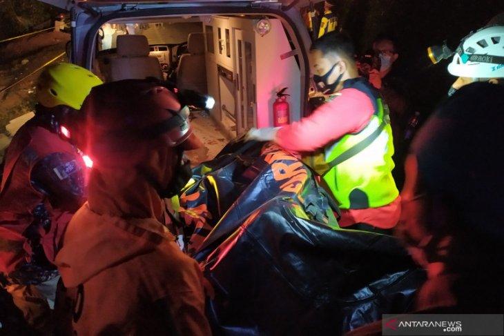 Petugas evakuasi 22 jenazah korban kecelakaan bus di Sumedang