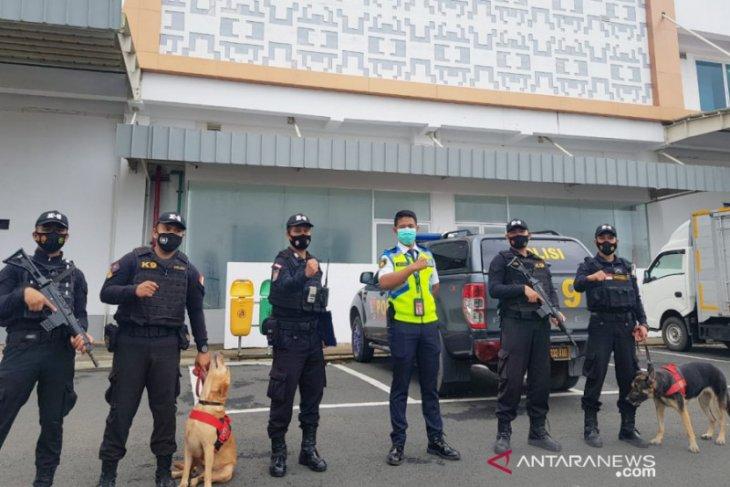 Polisi Satwa sisir Bandara Syamsudin Noor saat masa libur panjang