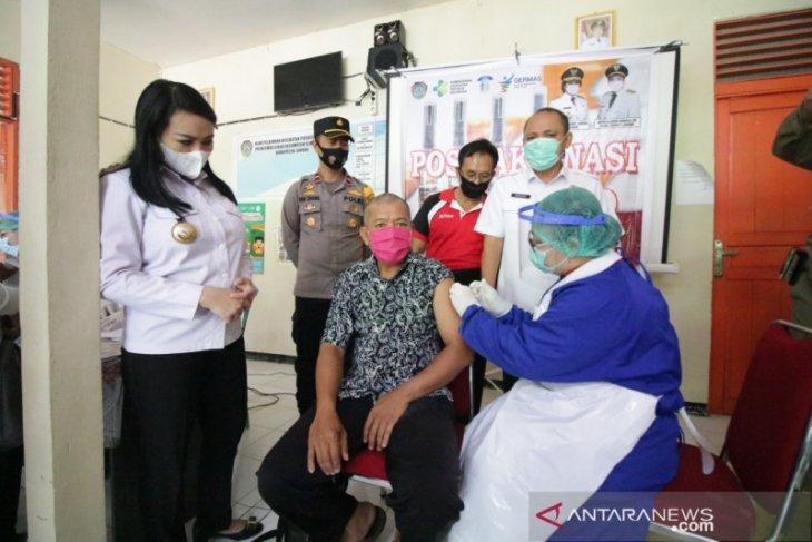 Bupati Landak tinjau pelaksanaan vaksinasi COVID-19 di sejumlah Puskesmas