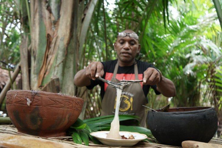 Sembilan fakta di balik papeda dari Jungle Chef Charles Toto