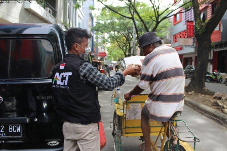 ACT-MRI Maluku berbagi makan gratis dengan pekerja harian di Ambon