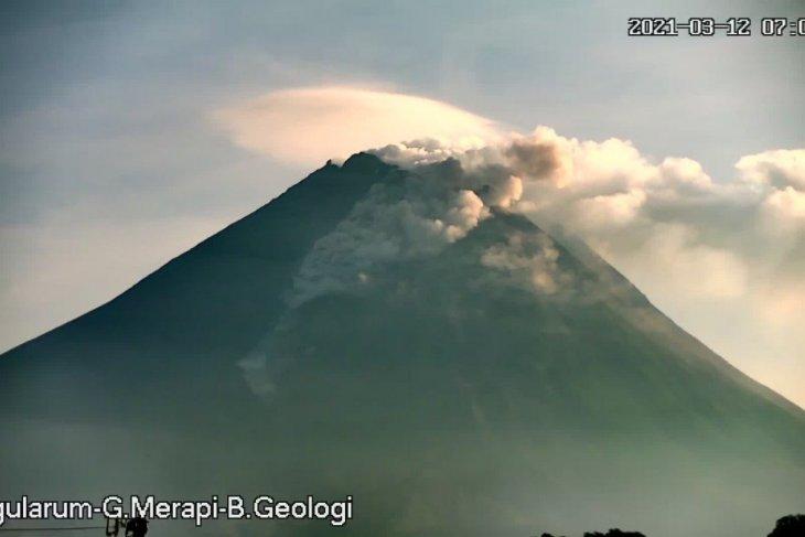 Gunung Merapi meluncurkan awan panas guguran pada Jumat pagi