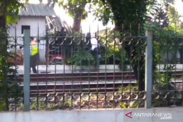 Seorang kakek ditemukan tewas tersangkut di pagar Stasiun Lenteng Agung