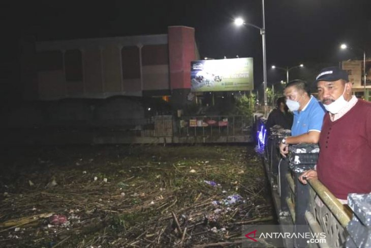 Banjarmasin berjuang tangani sampah besar di sungai Martapura