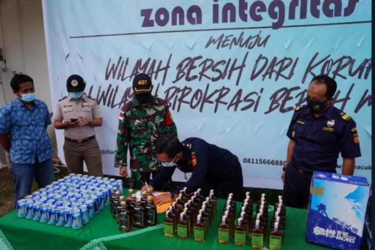 Satgas Pamtas RI-Malaysia serahkan barang ilegal ke Bea Cukai Badau