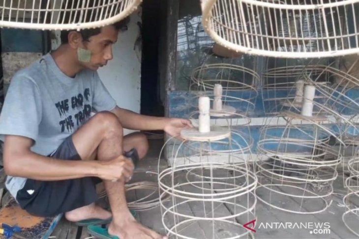 Di tengah pandemi pengrajin sangkar burung kebanjiran pesanan