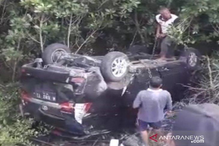 Minibus tercebur ke pantai mangrove, sopir terluka