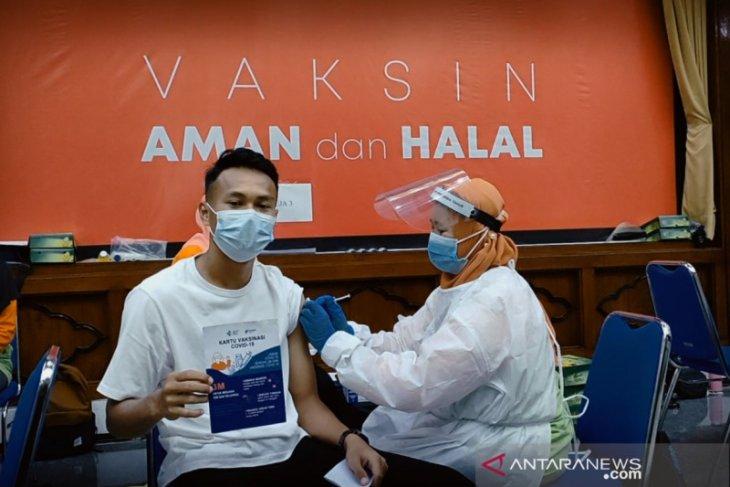 Empat pemain timnas asal Persebaya jalani vaksinasi di Kantor Gubernur Jatim