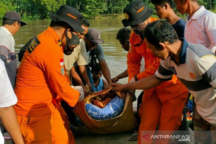Seorang nelayan tewas terbawa arus sungai setelah perahunya terbalik