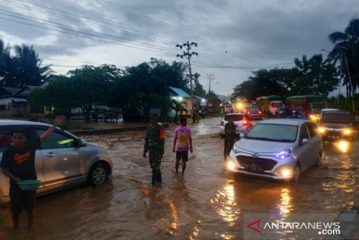 Banjir tutup lintas Sulawesi di Gorontalo Utara-Kabupaten Gorontalo