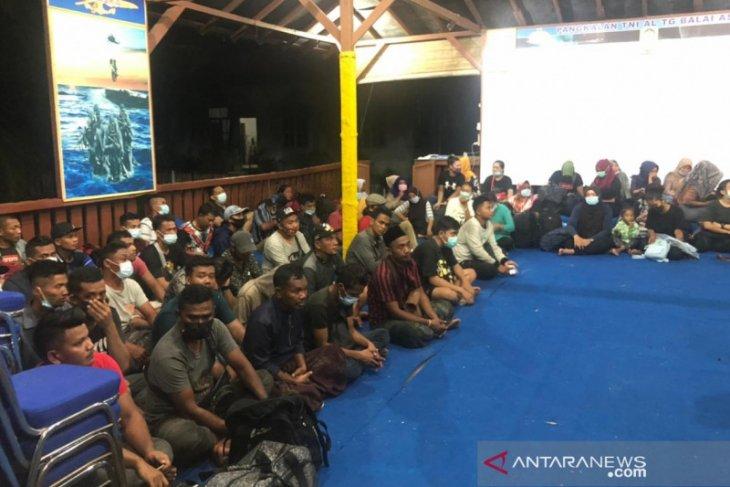 TNI AL TBA amankan seratusan pekerja migran ilegal di Pulau Jemur