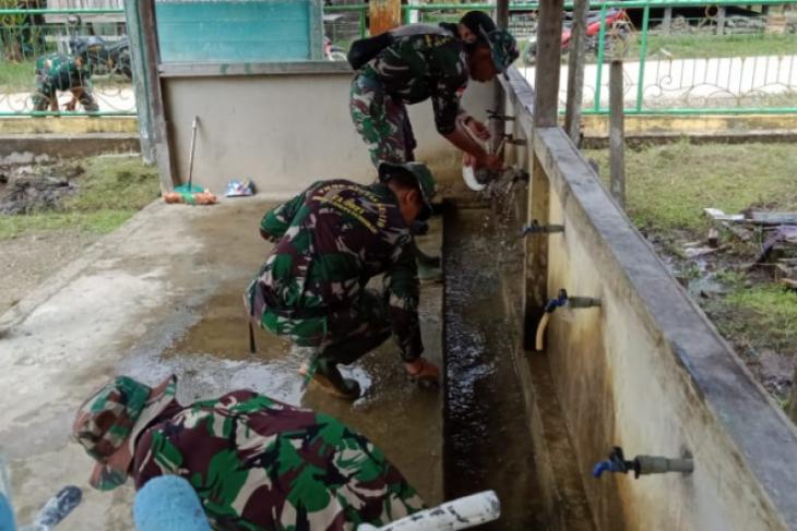 Satgas TMMD 110 Kodim 1206/PSB bersihkan saluran air Masjid Al-Ikhlas