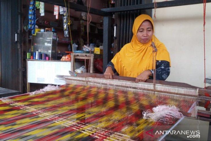 Benang penyambung keberagaman di Kampung Tenun Khatulistiwa