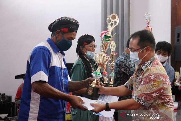 Bupati serahkan hadiah kepada pemenang festival Kapung Sakti Ratau Betuah