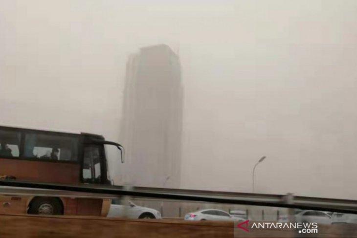 Wilayah Beijing dilanda badai debu, langit jadi kuning