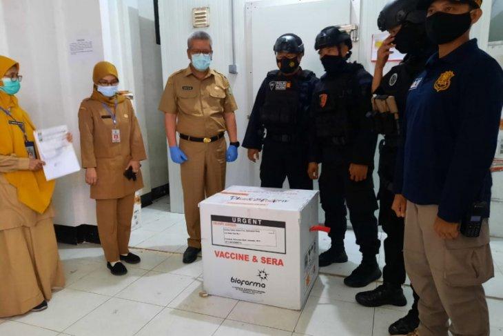 Puluhan personel Polda Kalbar kawal kedatangan vaksin COVID-19 di Bandara Supadio