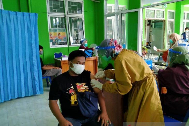 Jurnalis Belitung disuntik vaksin COVID-19