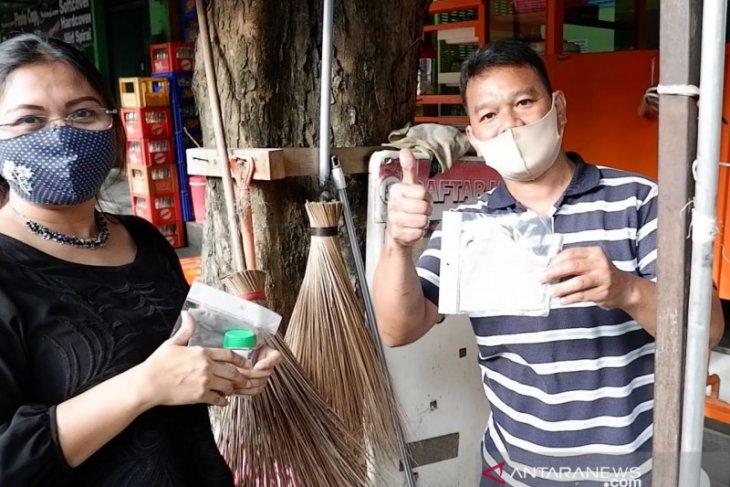 pegawai BPJAMSOSTEK cikokol bagikan ratusan masker - handsanitizer