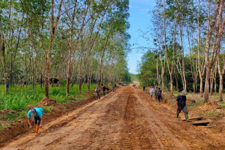 Satgas TMMD ke-110 buka akses jalan Desa Lok Batu