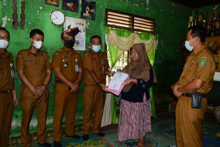 Disdukcatpil Langkat serahkan akte kematian kepada keluarga Almarhum Suroto
