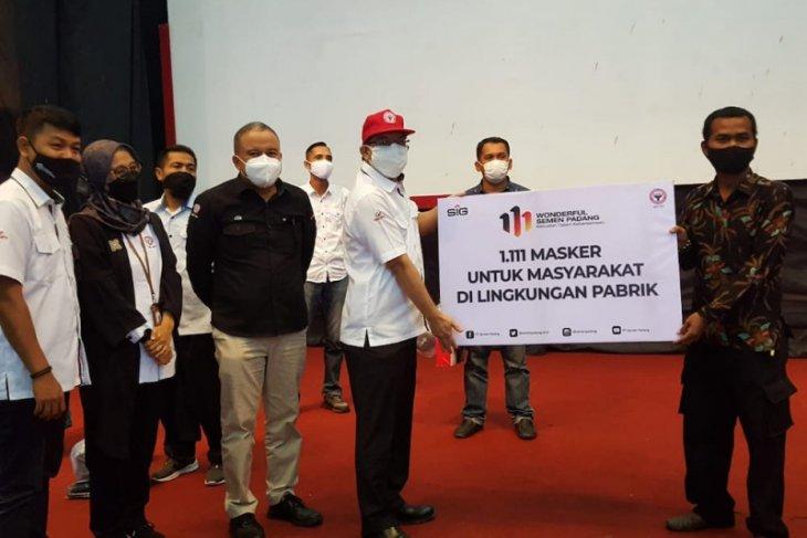 Semen Padang bagikan 1.111 masker di HUT ke-111