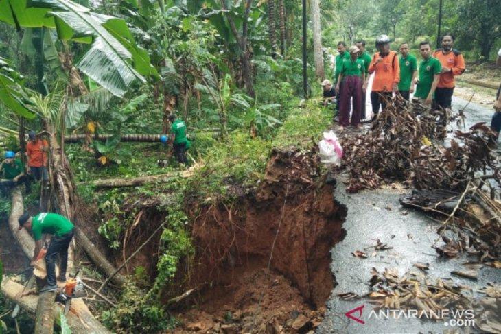 Musibah tanah longsor kembali terjadi di Pamekasan akibat cuaca buruk