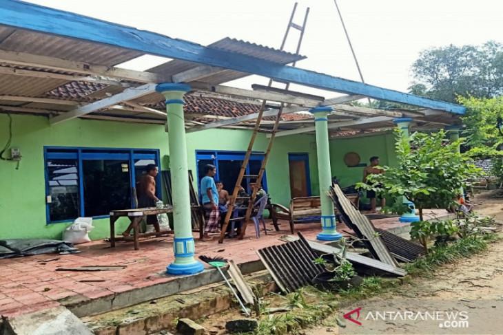 Hujan deras disertai angin kencang terjang tiga desa di Pamekasan