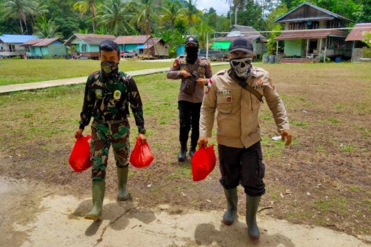 Anggota TNI-Polri bantu distribusikan logistik Satgas TMMD