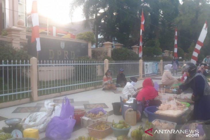 Ratusan PKL pasar subuh nekad berjualan di Murjani