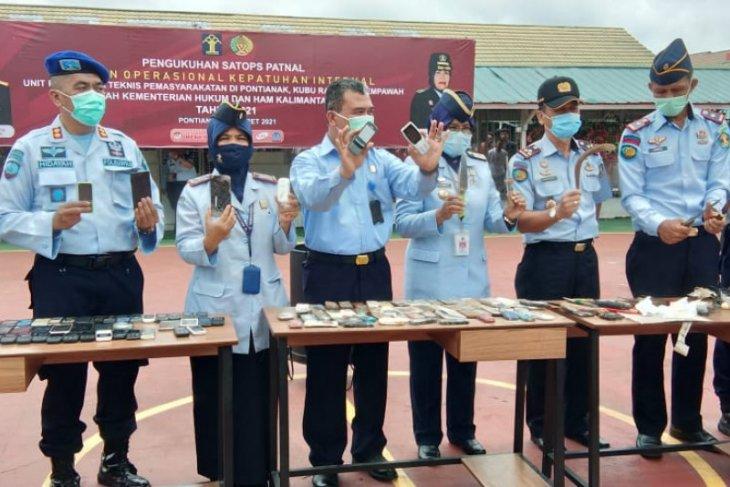 Petugas musnahkan 236 unit handphone hasil tiga bulan razia di LP Pontianak