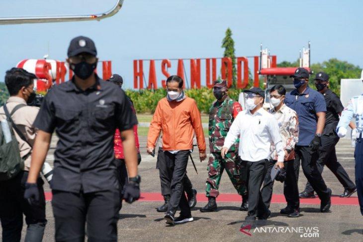 Presiden Jokowi  tinjau vaksinasi COVID-19 bagi guru di Makassar
