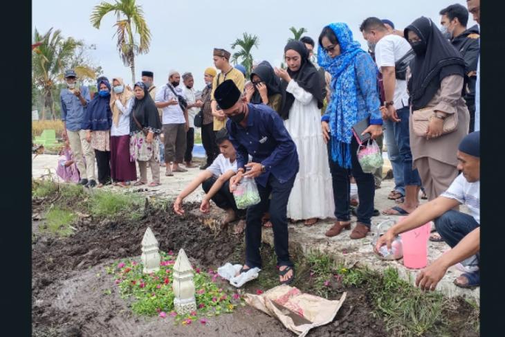 Ketua DPRD Kabupaten Kayong Utara Sarnawi bertakziah ke almarhum Masdar