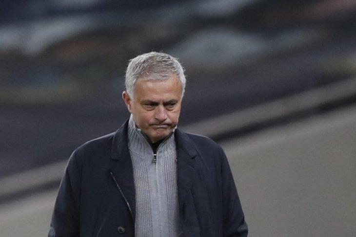 Tottenham terjungkal, Jose Mourinho murka