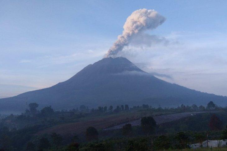 Gunung Sinabung meletus lagi, semburkan abu vulkanik setinggi 700 meter