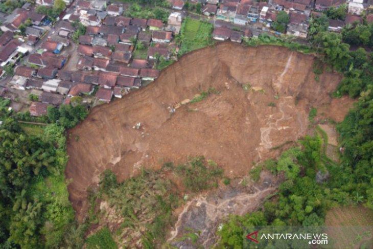 Puluhan rumah berada di bibir longsoran tebing, dipastikan harus ditinggalkan