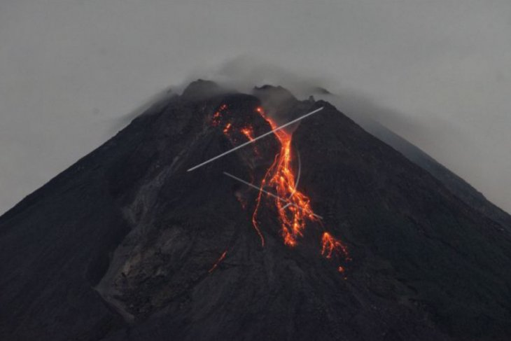 Gunung Merapi semburkan 20 kali guguran lava pijar