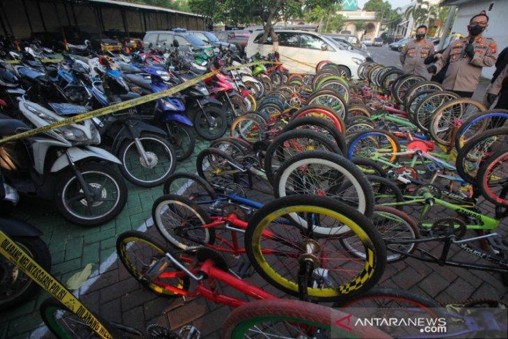 Ratusan sepeda motor dan puluhan sepeda angin terjaring razia balap liar
