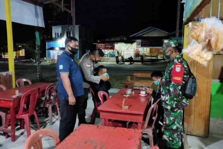 Warung kopi di Jalan Ampera Kota Baru masih beroperasi jelang Subuh