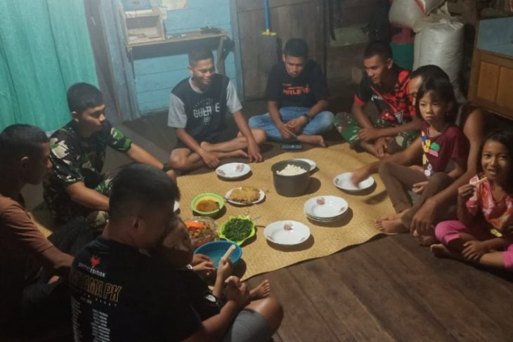 Anggota Satgas TMMD ke-110 Kodim 1206/PSB berbaur dan makan bersama warga