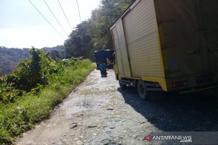 Sejumlah titik jalan provinsi di Batang Natal Madina rusak berat