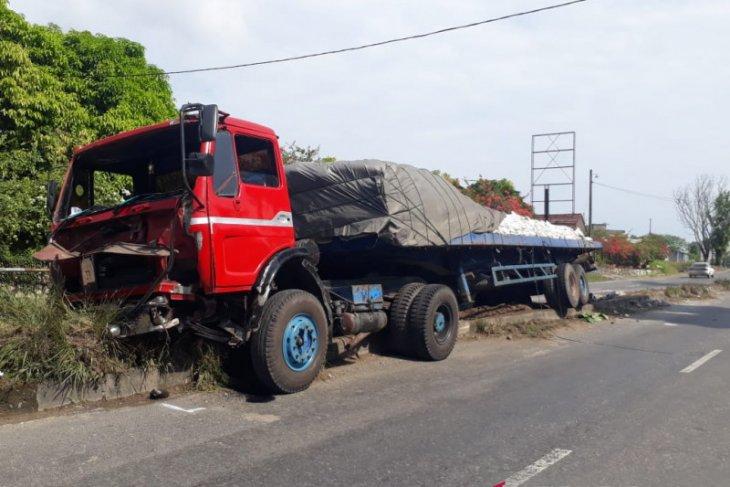 Supir tewas tergilas ban truk sendiri di Rantauprapat