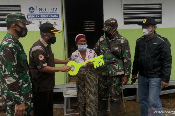 LLDIKTI hands over shelters to HST's flood victims