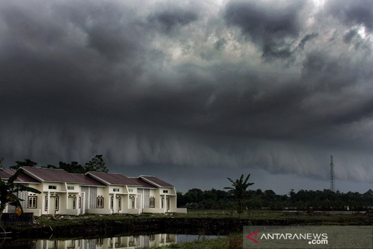 Hujan ringan diprediksi guyur sejumlah kota besar di Indonesia