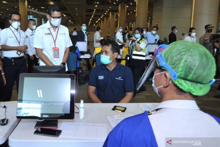 Menparekraf tinjau vaksinasi COVID-19 untuk petugas bandara Bali (video)