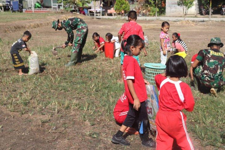 Kerja bakti TMMD bersihkan lingkungan Sekolah Dasar Pengkadan