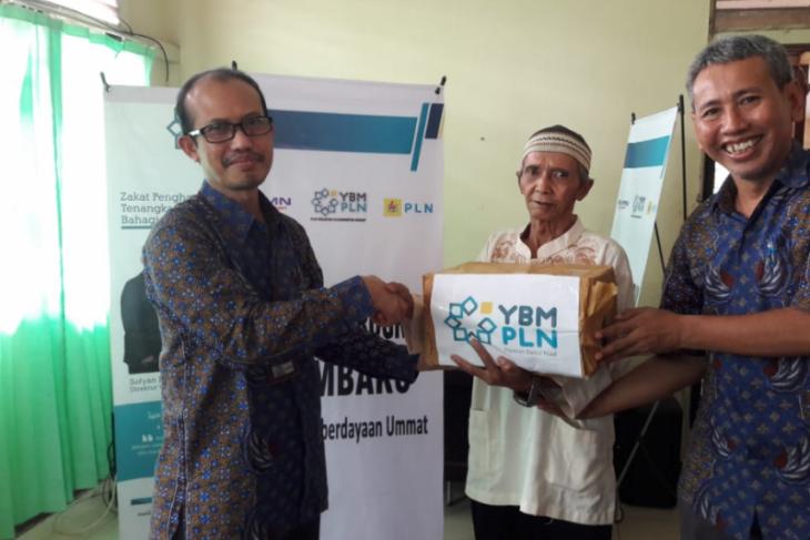 YBM PLN Kalbar dan IKPLN salurkan bantuan melalui program bedah rumah
