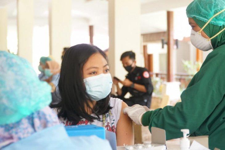 Apakah dua kali disuntik vaksin COVID-19 harus di lengan yang sama?