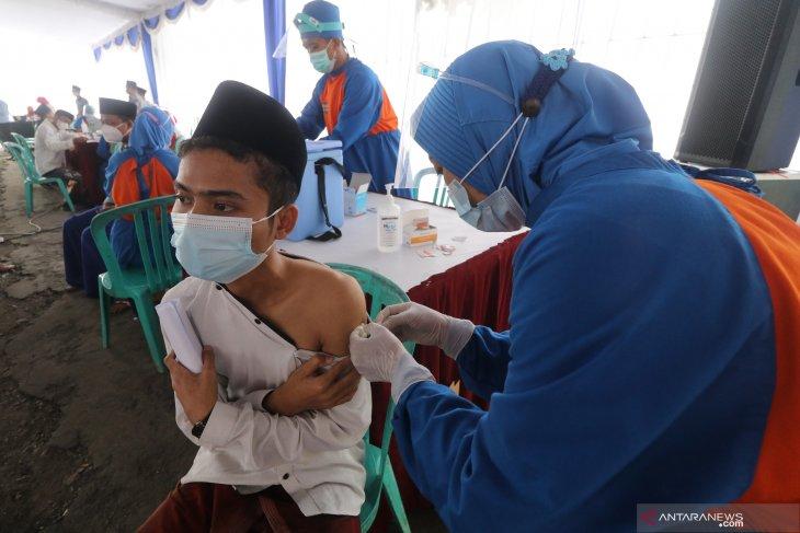 Vaksinasi Astrazeneca Santri di Jombang